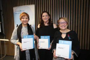 Isabel, presidenta de Fibrorioja, junta con las compañeras de ARPA y ASPRODEMA recogiendo el premio.